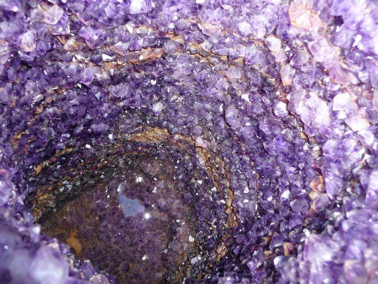 En las Minas de Wanda (provincia de Misiones) los visitantes pueden acompañar de cerca la extracción a cielo abierto y en cavernas de variedades de cuarzos, ágatas, cristal de roca, amatistas y topacio que son primorosamente trabajados hasta convertirse en finas joyas. Además pueden observarse las piedras en su estado natural, su extracción y elaboración