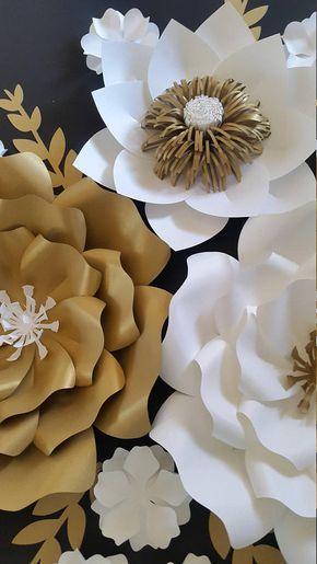 Sistema de arreglo de flores de papel 5 en blanco y oro.  1 x - flor grande - 16-18  2 grandes - 12- 15  2 medio 8 -10  4 hojas de   ¡RECEPCIÓN DE ÓRDENES DE ENCARGO!!!!!!  Enviar solicitud de orden de encargo con preferencia de color y la fecha de su evento. Este listado se puede hacer en cualquier tamaño o colores.  Cada flor está diseñado individualmente y por encargo. Cada flor puede variar ligeramente en el diseño ya es por encargo. Nuestras flores de papel también se pueden…