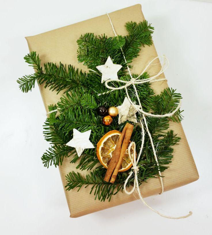 Pakowanie prezentów to jedna z najprzyjemniejszych chwil świąt Bożego Narodzenia...kolejną jest ich rozpakowywanie… Zobacz prosty sposób na ciekawe dekorowanie świątecznego prezentu. Wystarczy jednobarwny papier, świerkowe gałązki i kilka drobnych ozdób.