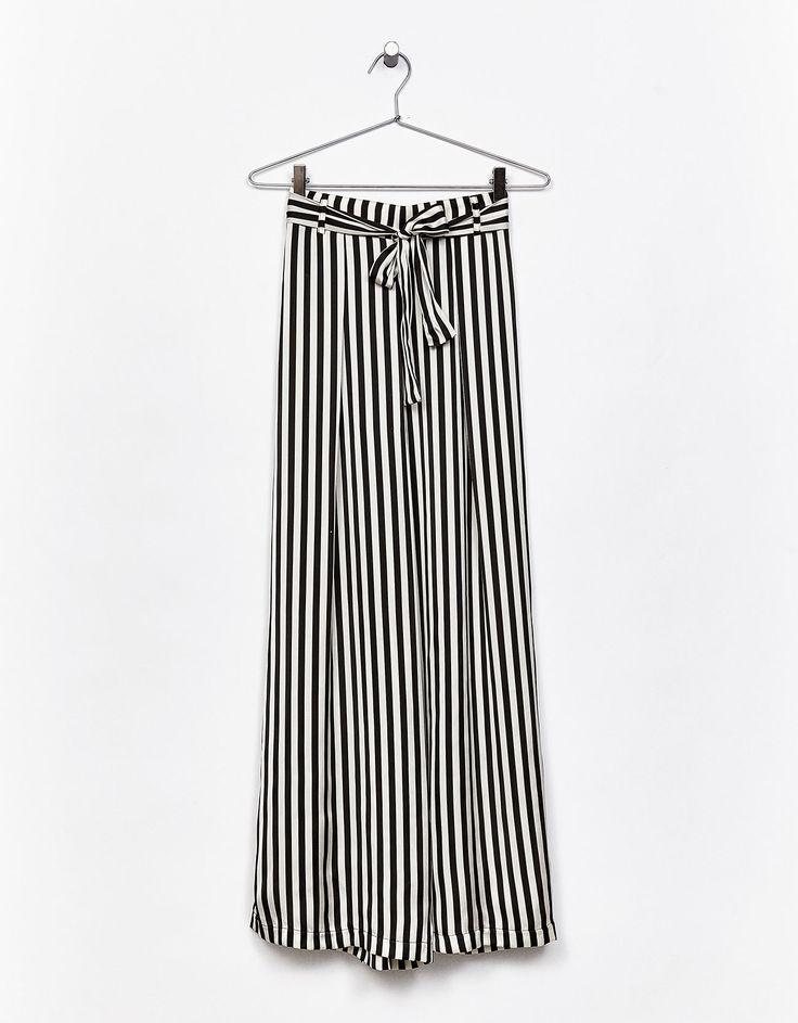 Pantalón ancho satén cinturón. Descubre ésta y muchas otras prendas en Bershka con nuevos productos cada semana