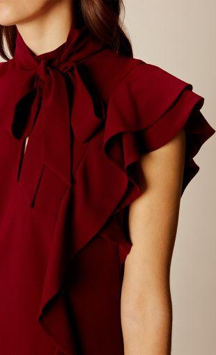 Шикарное платье в викторианском стиле: каскадные оборки украшают и обрамляют это соблазнительное мини платье, а высокий воротник и бант идеально подчеркивает женственность. Сочетайте с обувью на массивном каблуке.
