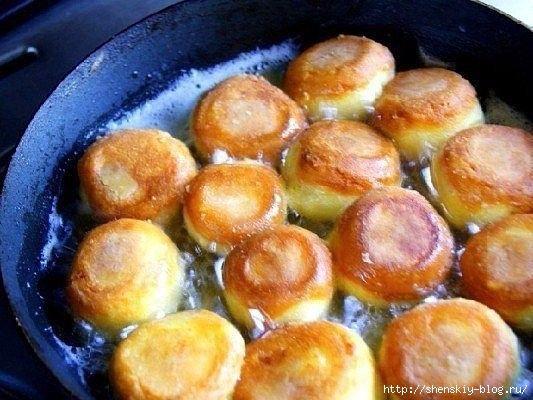 Сырные шарики— очень вкусное и популярное блюдо. Существует много способов их приготовить. Предлагаю Вам несложный рецепт жареных сырных шариков с чесноком.Продукты:- сыр твердый (200 г)- яйца …