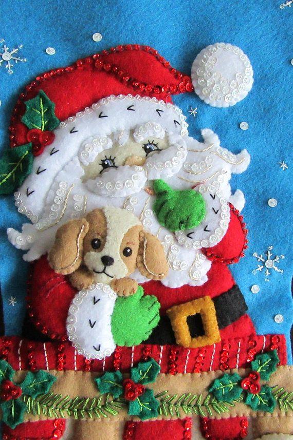 Santa está a punto de bajar por la chimenea con un adorable perrito en sus brazos, pero él tiene que tratar de mantener los otros 2 cachorros que todavía están en su saco de juguetes tranquilos para que no estropean la sorpresa para la familia suerte que encontrará un nuevo cachorro en su casa en la mañana de Navidad. Corte la mano y coser mis medias con amor y cuidado. Cada media tiene más de 35 horas para hacer y viene totalmente forrado. Todas las cuentas y lentejuelas también se unen a…