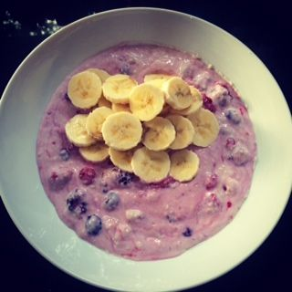 Slimming world breakfast, porridge with water, total 0% yog, frozen berries & a banana #slimmingworld #weightloss #healthy #food #breakfast #healthyextra #bchoice