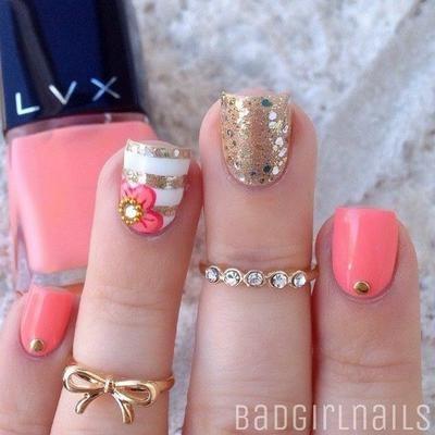 decoracion de uñas coral con accesorios