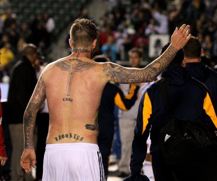 Pin for Later: Tatouages de David Beckham, le Guide  David ales nom de ses trois fils, Brooklyn, Cruz, et Romeo, tatoués sur son dos.