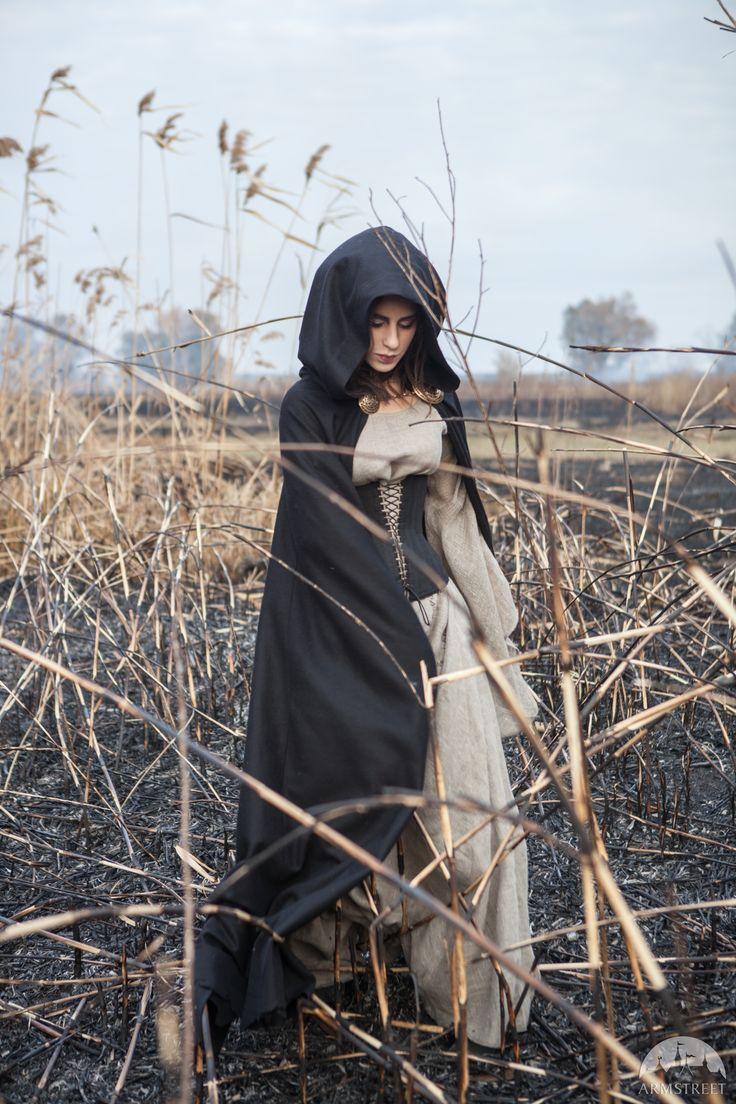 Schwarzer Umhang mit Kapuze, Halloween Edition. Vorhanden in: schwarze wolle :: Armstreet