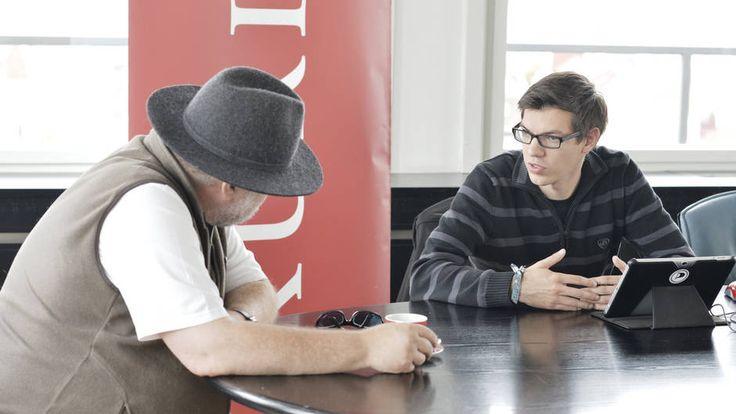 20.9.2013: Mario Wieser (Spitzenkandidat der Piratenpartei Österreich) mit Pressesprecher Andre Igler im KURIER Wahlchat. Foto: Jeff Mangione