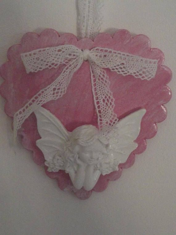 Coeur en plâtre peint en rose décoré d'une figurine Fée