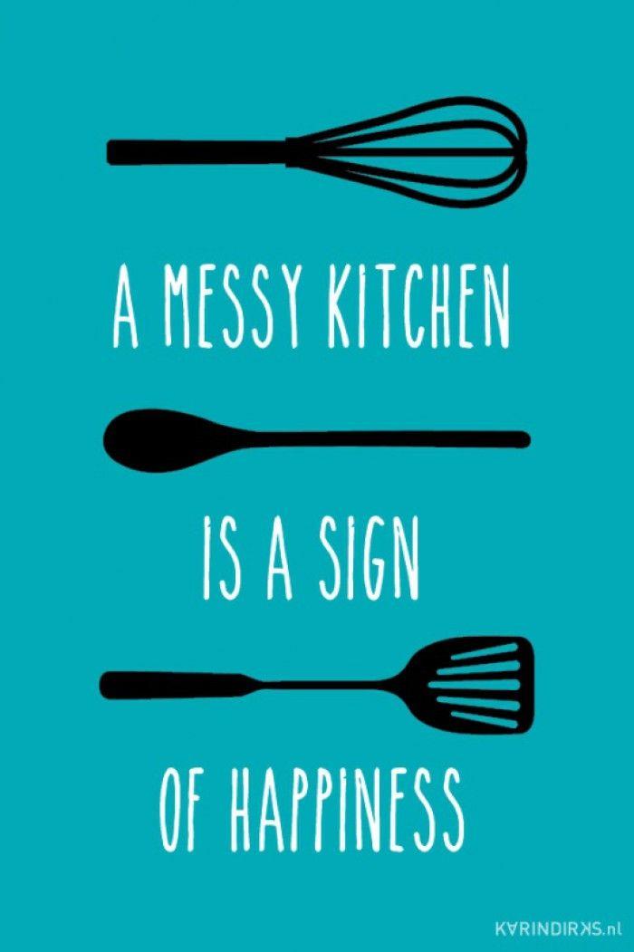 Canvasdoek met de tekst: a messy kitchen is a sign of happiness Je hoeft je nooit meer te schamen voor een rommelige keuken. We houden allemaal van lekker eten, daar worden we happy van en een beetje rommel is best gezellig. Ook verkrijgbaar als keukensticker.