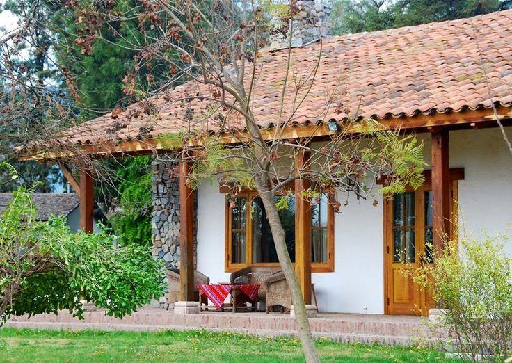 casinha branca de varanda com quintal e uma janela brasil
