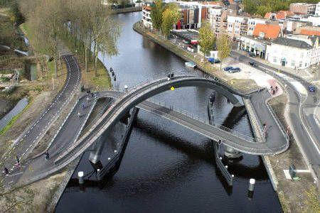 Doppio ponte per i pedoni e per le bici A Purmerend, in Olanda gli architetti hanno escogitato un sistema per permettere ai mezzi con ruote di percorrere un ponte pineggiante e ai pedoni di cavarsela con un ponte decisamente più corto di quello piano. Nasce il doppio ponte. Uno sale verso l'alto per i pedoni e permette di godere il panorama, l'altro più lungo e piano è uno zig zag che permette anche alle sedie a rotelle di attraversare il canale percorrendo una strada pianeggiante.