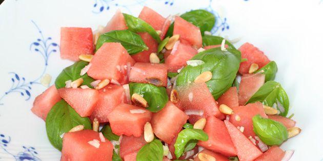 Vandmelonsalat med basilikum og pinjekerner