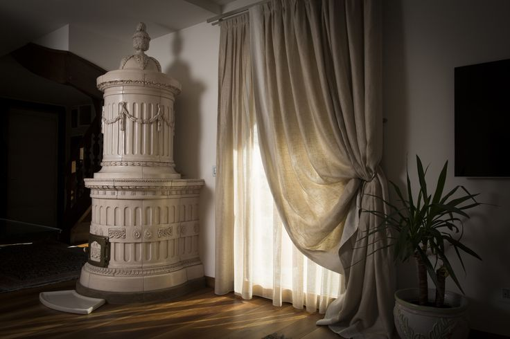 Stufa Regina. Stufa in maiolica a legna (o elettrica) fatta a mano.  #stufecollizzolli #stufe #handmade #madeinitaly  #ceramica #stube #kachelofen #tirolesi #antiche #elettriche #calore #fuoco #camino #stove #kamin #fireplace #argilla #olle #ole #stoves #design #fuoco #chalet #baita #loft #arredo #arredamento #woodstove #calore #trentino #kamin #stufe #ceramic #legna #tirolese #decorata #fattoamano #maiolica #personalizzata #wood #refrattario #accumulo #artigianato #italy #arte #pittura…