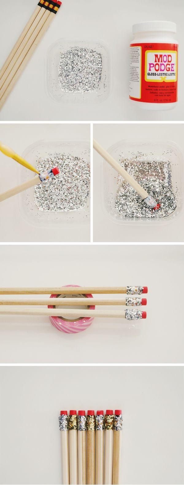 Pour des crayons qui en mettent plein les yeux, vous devez enduire le bout du crayon, sans toucher la gomme, de colle en pot. Trempez la colle dans un petit récipient rempli de paillettes. Laissez sécher et voilà !