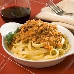 Dit is niet zomaar een pastasaus maar een recept dat regelrecht uit Bologna komt. Het ongebruikelijke van deze saus is het vleugje nootmuskaat en het ontbreken van knoflook.