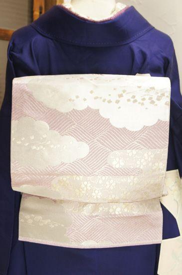 つややかな藤色に雲と霞模様浮かぶ袋帯です。