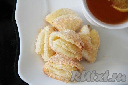 Выпекать творожное печенье в разогретой духовке 20-25 минут при температуре 180 градусов.