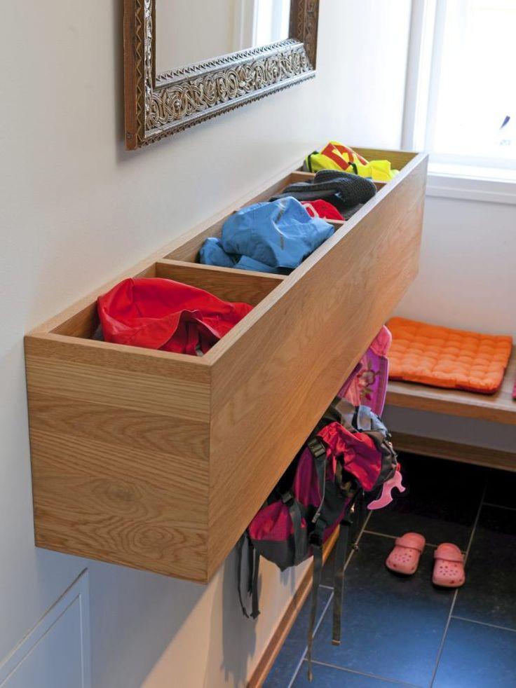Veggsekseksjonen har fire rom: Det første er felles for alle familiemedlemmer, de siste tre skaper godt med rom for barnas eget assortiment av utendørseffekter.