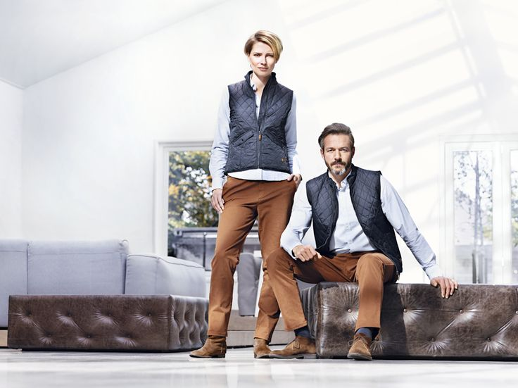 Casual bedrijfskleding outfit met quilted vest, oxford shirt en bruine chino. Collectie Suit Up corporate fashion 2016 www.suitupnow.nl