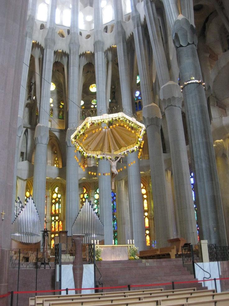 Alteret i den fantastiske Sagrada Familia i Barcelona. Et sart alter i en tidvis burlesk, men fantastisk, katedral - som kanskje står ferdig i 2020.