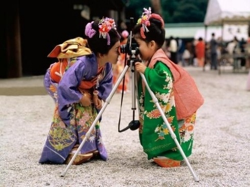 Two kimono girls taking picture each other - sooooo cute kimokame.com