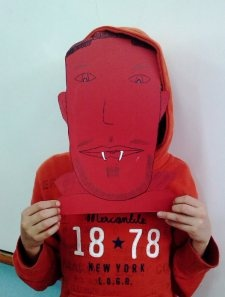….Φτιάξαμε αποκριάτικες μάσκες από χαρτόνι και άλλα υλικά και να' μαστε….!
