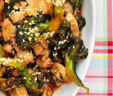 Den här asiatiska nudelrätten rymmer såväl syra som sötma och även en del hetta. Blir det för starkt kan mängden sambal oelek minskas och så kan den som önskar fylla på vid bordet.