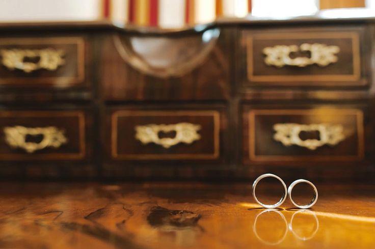 Data ślubu już jest miejsca ślubu i wesela pewnie już też zostały jeszcze tylko obrączki i fotograf? Jak to u Was wygląda? . . . #weddingday #ślub #slub #weddingring #wedbook #weddingtime #obrączki #stylemepretty #slubneinspiracje #weddingphotography #wood #furniture #vintage #antique #retro #room #container #decoration #indoors #pictureframe #cabinet #house #gold #ancient #art #wooden #jamstudiopl