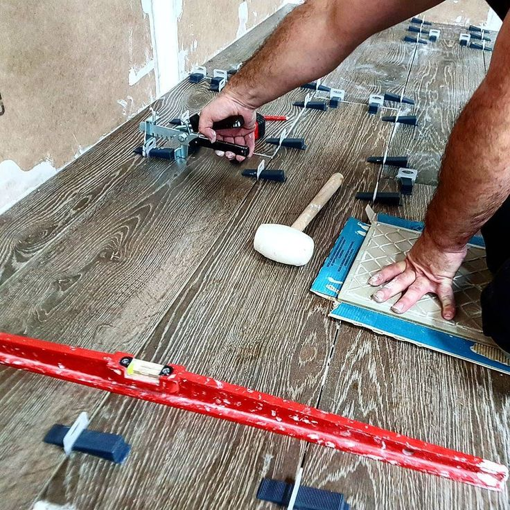 Working with our #deltalevellingsystem  to avoid lippage placement! #finishing . . . #tuesday #tile #tiles #time2tile #floor #flooring #construction #building #tradesman #tradesmen #goodjob #igers #ceramic #tiling