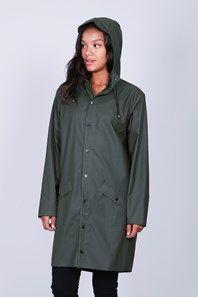 Mössgrön, tunn, klassisk regnjacka från danska märket med passande namn - Rains. Den har åtdragbar luva med skärm, tryckknappar, framfickor samt lufthål under ärmarna. Det går även att knäppa ärmsluten så att de blir tightare. Passar på både herr och dam, och är (tyvärr) bra att ha höst som sommar.
