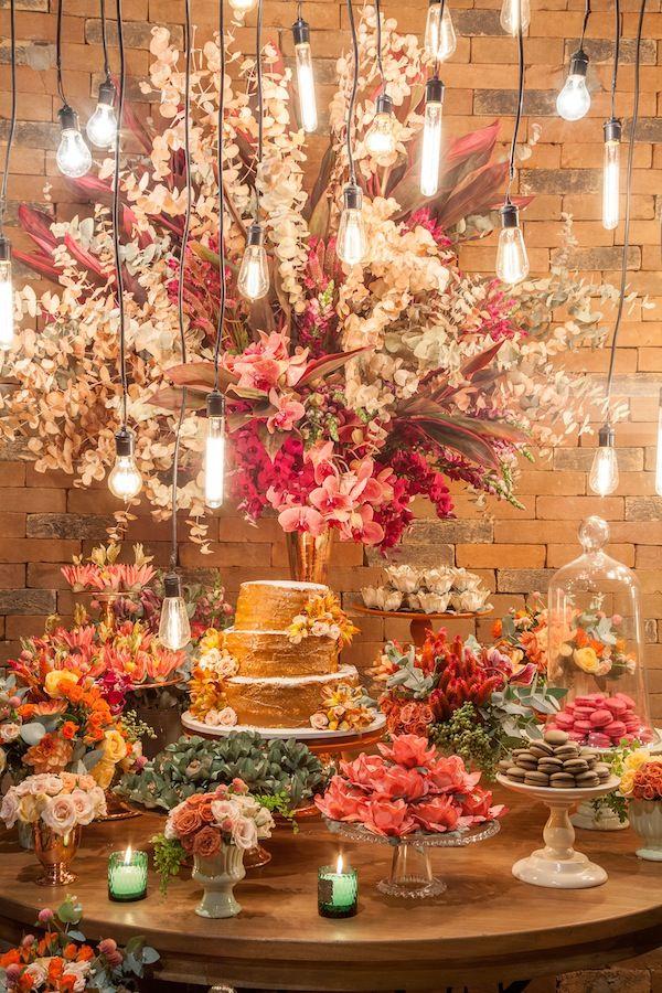 Detalhes da mesa de doces feita pela Glau MIranda em tons de verde, coral, rosa e offd white para um casamento descolado, urbano e romântico. Foto: Ricardo Durand