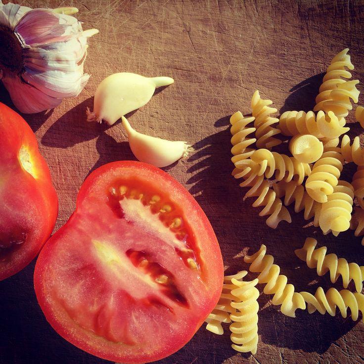 """Ingredientes tan simples y naturales como los tomates y los ajos hacen que tu """"sugo"""" ¡Sea el mejor! #SugoDiPomodoro #Cocina #Recetas #Nutrición"""