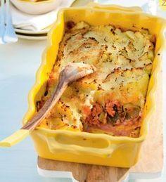 Recept voor zalmschotel  1½ zakje aardappelpuree voor ovenschotel (Maggi, pak met 2 zakjes) 2 el olie 3 stengels prei, in ringen 2 blikken roze zalm (à 200 g) 1 blikje tomatenpuree 125 ml slagroom. Extra nodig: ingevette ovenschaal Aan de slag!  Verwarm de oven voor op 200°C. Bereid de aardappelpuree volgens de aanwijzingen op de verpakking. Verwarm de olie in een pan en bak de prei op matig vuur 3-4 minuten. Meng er de zalm, tomatenpuree en slagroom door en laat o