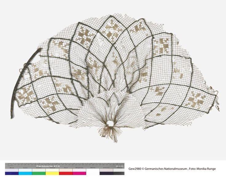 Fragment einer Netzhaube Inventarnummer: Gew2980 Datierung: 13. Jahrhundert Material/Technik: Seide, Filet, Stickerei, Brettchenweberei Sammlung: Textilien und Schmuck