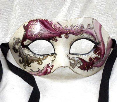 Maschera unica, realizzata completamente a mano in cartapesta con l'aggiunta dello screpolato (Craquelè). Le decorazioni, anch'esse realizzate a mano, sono in colori acrilici e di alto livello dal punto...