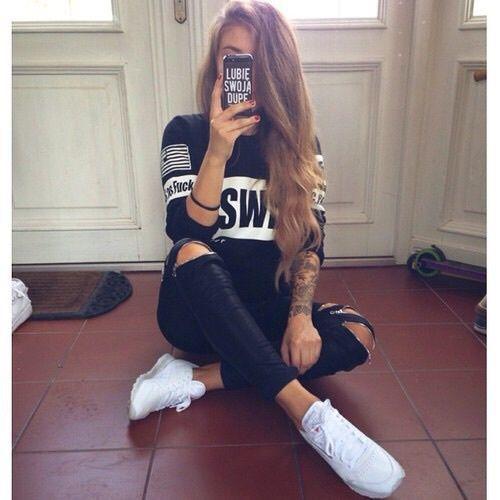 chica sentada outfit
