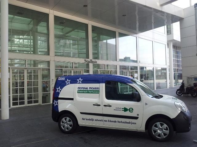 Elektrische Renault Kangoo Z.E. getest door verschillende medewerkers van Mondial Van der Velde 't Veentje Verhuizingen. De medewerkers zijn tevreden over het gebruik van het duurzame vervoersmiddel. Een klein minpuntje is echter wel de beperkte actieradius, maar vooral ook het feit dat er te weinig publieke oplaadpunten zijn.