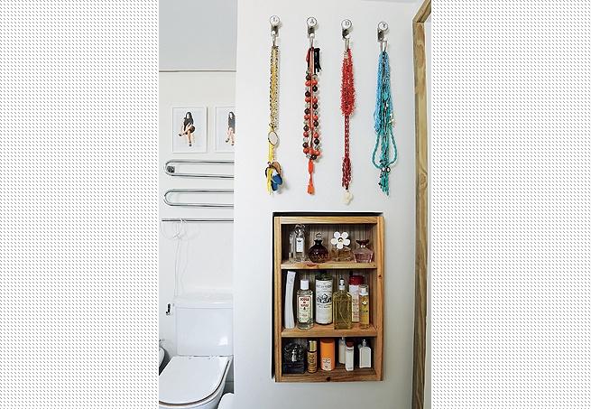 No nicho de entrada da suíte, produtos de beleza e acessórios que a arquiteta Cinthia Liberatori ama ficam à mão. Pendurados nos ganchos, os colares não enroscam
