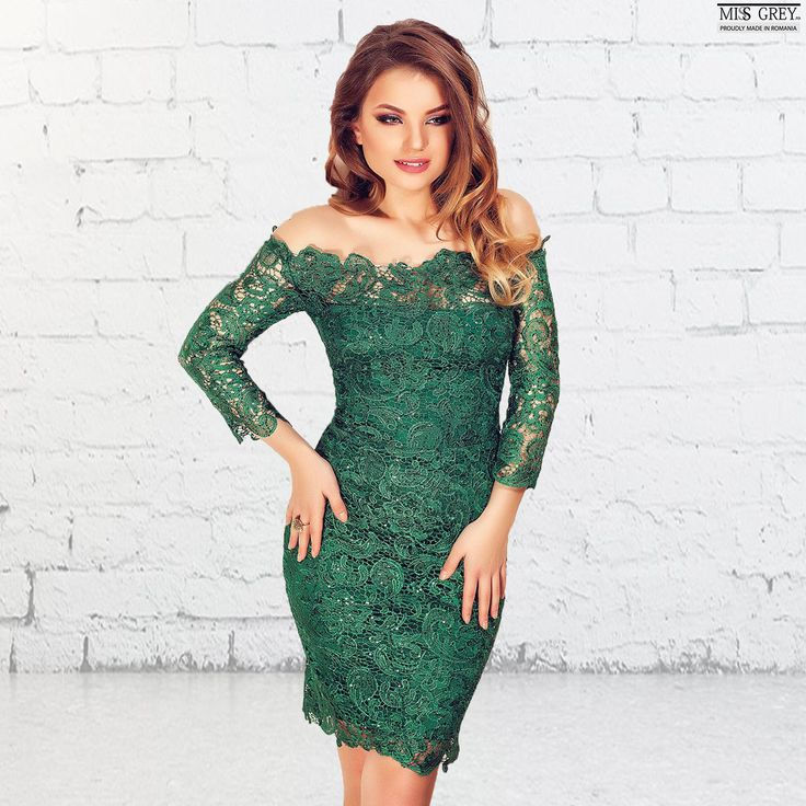 Choose to shine wearing the green Zaira dress, a refined dress made from precious lace, that will make you look amazing. Discover it in our online shop!