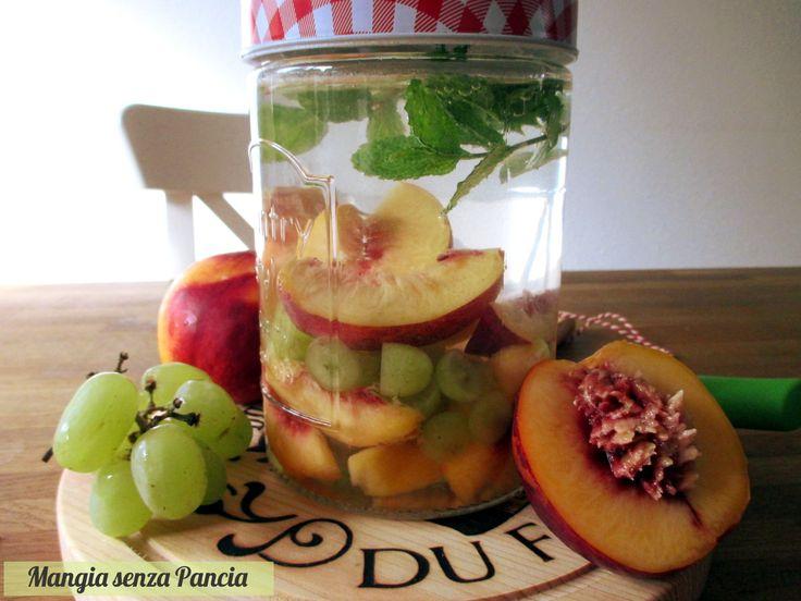 Bevanda depurativa uva, pesca e menta