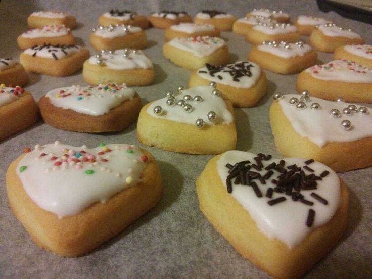 Biscotti tipici tedeschi ricoperti di glassa e praline zuccherose