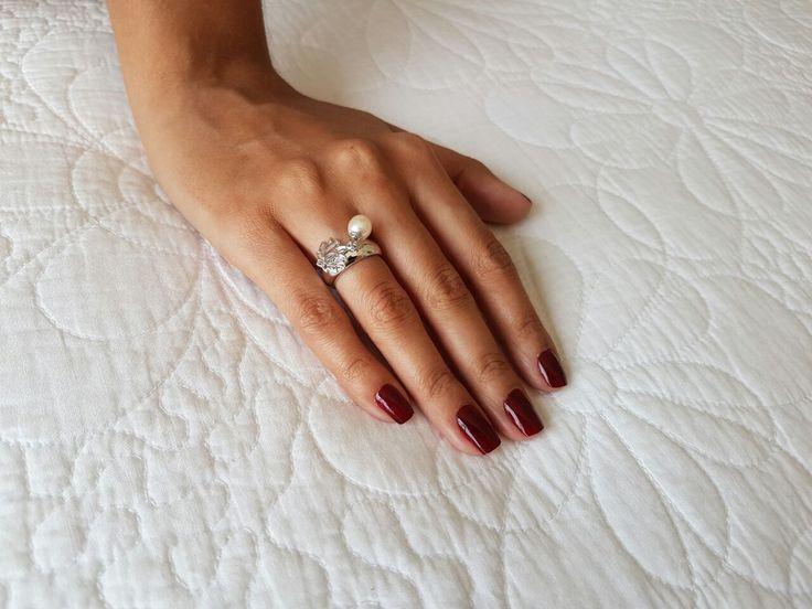 Anel pingentes Flor de Lótus - aliança meia-cana em prata 925 e pingentes mini flor de lótus e pérola natural biwa. Pode ser usado no dedo mindinho, anelar ou médio. Disponível em banhos de ródio branco, ródio negro, ouro palha 18k e ouro rosé 18k (esta foto: banho ródio branco). #anel #aneldemindinho #prata925 #designfeitoamao #designexclusivo #flordelotus #perolasnaturais