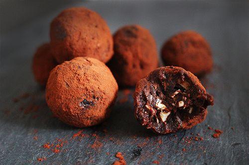 Lækre choko-appelsin dadelkugler fra bloggen. Perfekt som en sundere snack til en varm kop te eller kaffe.
