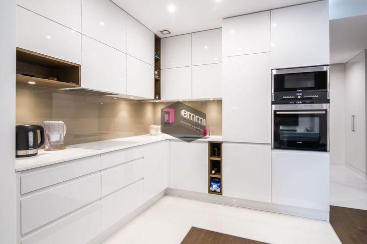 Biała otwarta kuchnia