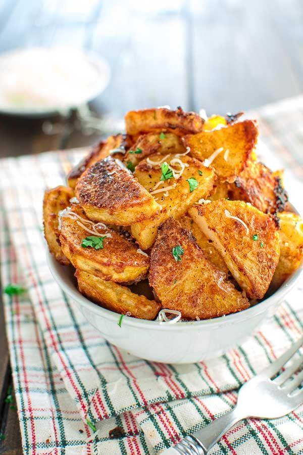 Estes saborosos parmesão Crusted batatas são tão viciante, que você não será capaz de parar de comer até terminar todos eles!  ❤ COOKTORIA.COM