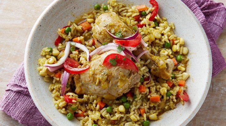 Este es uno de los platos favoritos en las mesas peruanas, ya sea con pato –tradicional en el norte del Perú- o con pollo. Es delicioso y tiene muchas variaciones. El arroz puede hacerse graneado o como un risotto y, aunque es verde y tiene bastante cilantro su sabor es bastante sutil. Pueden agregar otros vegetales, si desean.