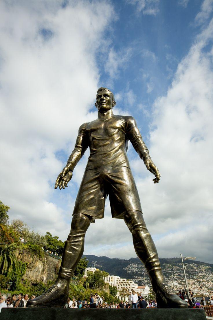 Estatua de 800kg de bronce, 2,40m de altura en honor a Cristiano Ronaldo en el puerto de Funchal, Madeira.
