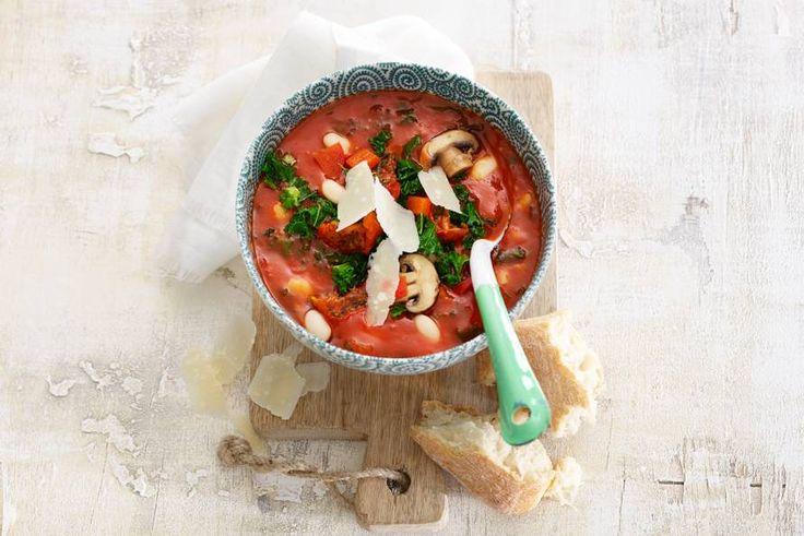Stevige tomatensoep tjokvol groenten. Italiaanse kaas en brood maken 'm af - Recept - Allerhande
