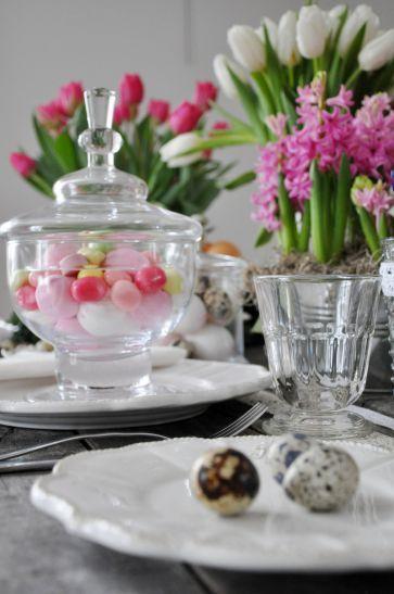 Przeźroczyste szkło wygląda elegancko w połączeniu z kolorowymi dodatkami. Kwiaty i koronkowe dekoracje – dobry pomysł nie tylko na wiosnę. TEN DOM (www.tendom.pl) #walentynki #miłość #cukierki